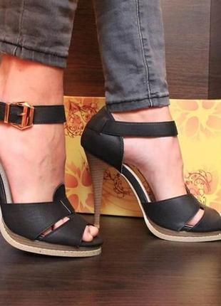 Чёрные босоножки на каблуке