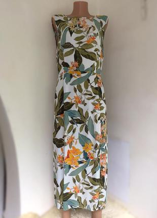 Платье модного фасона, с разрезом, открытой спинкой.