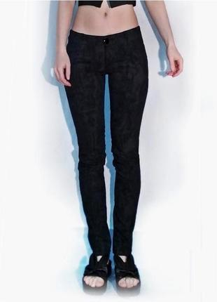 Хлопковые скинни черные джинсы на бедрах