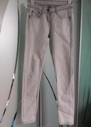 Светлые узкие джинсы