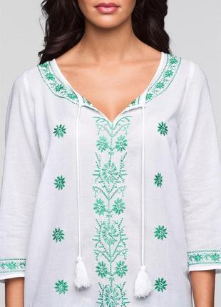 Нова блузка з смарагдовою вишивкою