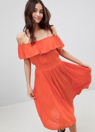 Платье миди с открытыми плечами, оборкой и принтом brave soul