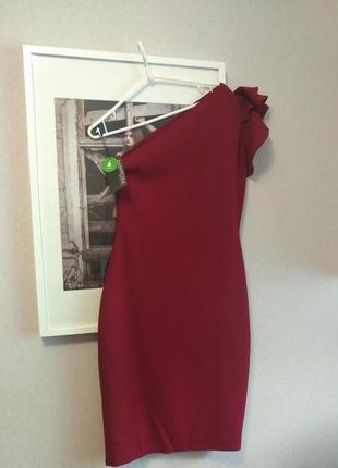 Вечернее платье с воланом на одно плече