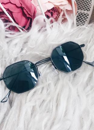 Стильные очки со стёклами цвета хаки