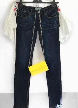 Темно синие джинсы с потертостями clockhouse на худенькую/стройную девушку