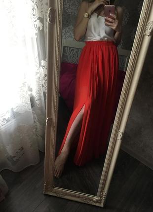 Яркая юбка макси с плиссировкой