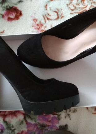 Чорні туфлі на широкому каблуку