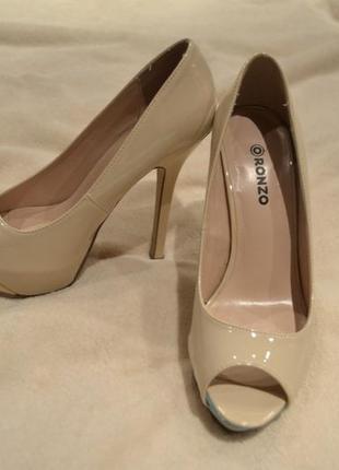 Нюдовые туфли на высоком каблуке
