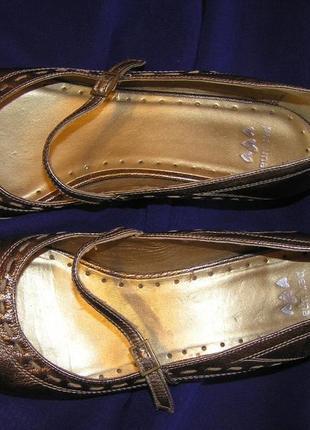 Актуальные, золотистые туфли от англ.бренда pur una.