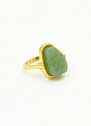 Красивое кольцо с зеленым камнем