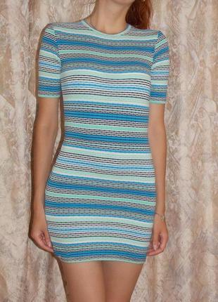Яркое фактурное платье по фигуре