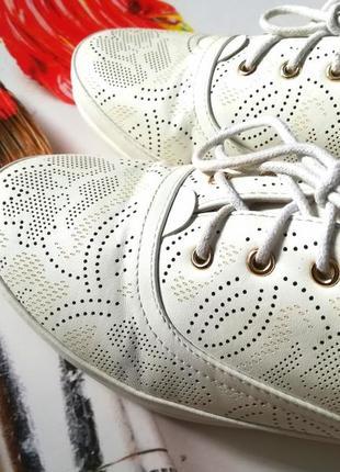 Летние белые спортивные туфли с перфорацией2 фото