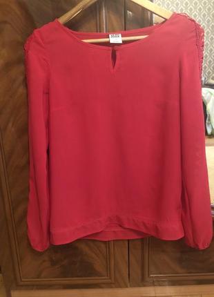 Красивая блуза с кружевом на рукавах
