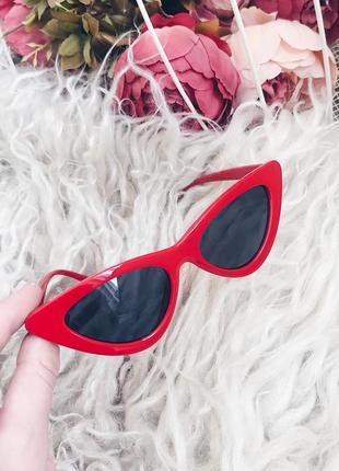 Модные очки в красной оправе