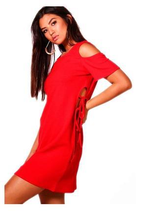 Яркое красное платье с открытыми плечами и шнуровкой завязками переплетом boohoo