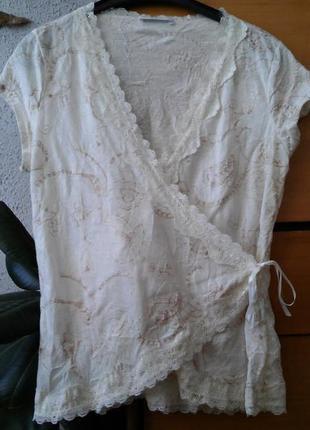 Бежевая вышитая трикотажная блуза на запах
