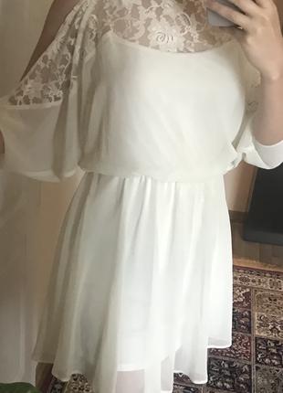 Белое платье с открытыми плечами