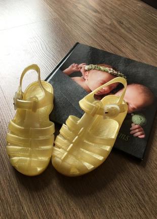 Гумові сандалі