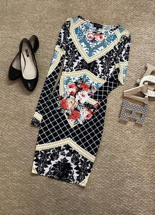 Стильное платье с узором и цветочным принтом