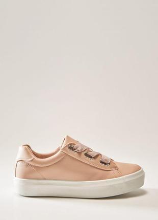 Новые красивенные кроссовки с ленточками