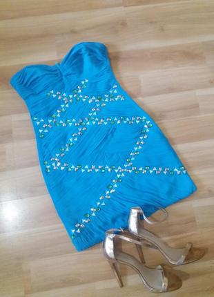 Яскрава сукня з кристалами