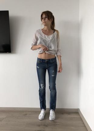 Прямые рваные джинсы stradivarius
