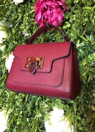 Симпатичненькая кожаная сумочка-малюточка бордового цвета.
