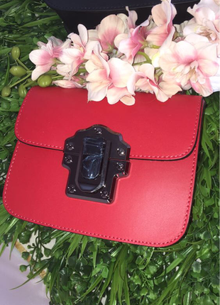 Небольшая красная кожаная сумочка с ручкой. италия.