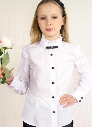 Блуза с длинным рукавом, брошью и декоративными оборками