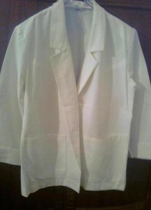 Летний белый пиджак на одной пуговице, с двумя карманами,с манжетами, чехословакия
