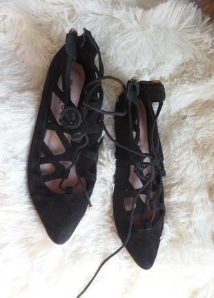 Актуальные замшевые балетки на шнуровке1