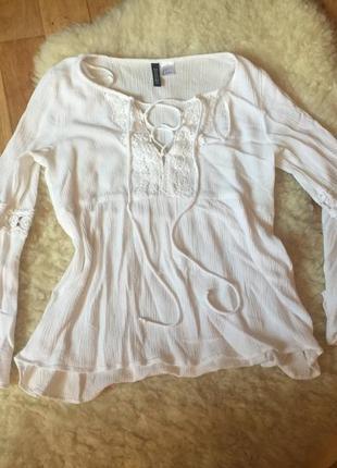 Красива блуза с воланами на рукавах