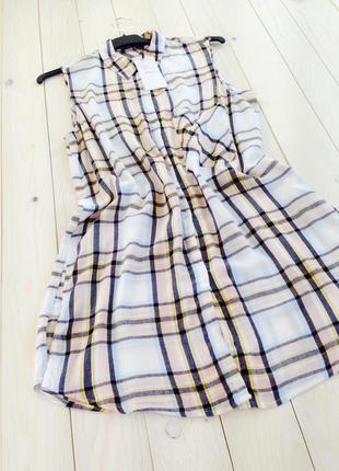 Легкое летнее вискозное платье-рубашка туника без рукавов белое в клетку bershka