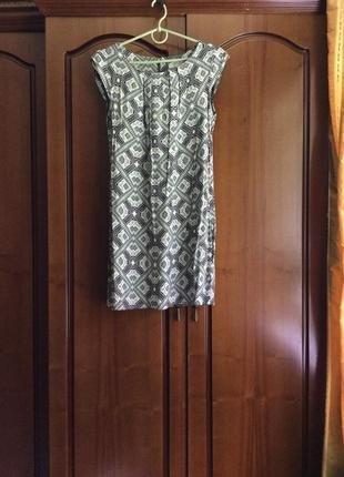 Легкое платье с интересным принтом