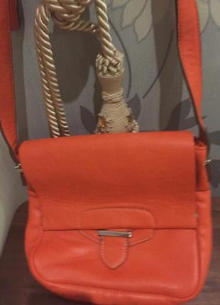 Любителям оранжевого яркая сумочка clarks