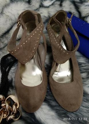 Замшевые туфли на каблуке 39 рр new look