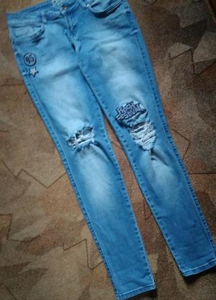 Рваные джинсы с нашивками от only