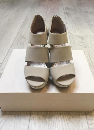 Шикарне нарядне  взуття на танкетці