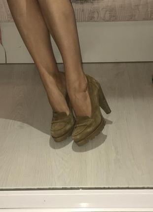 Замшевые туфли на устойчивостям каблуке