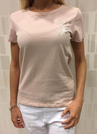 Пудровая базова футболка с принтом. mohito. размеры разные.