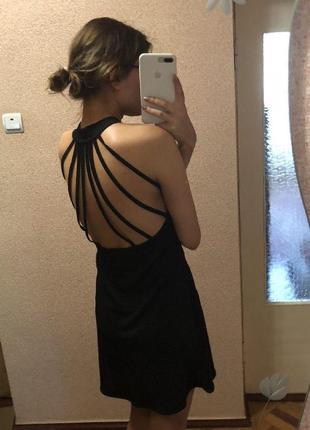 Короткое платье с очень красивой спиной