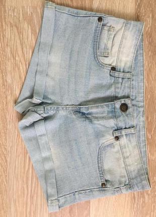 Світлі коротенькі джинсові шорти