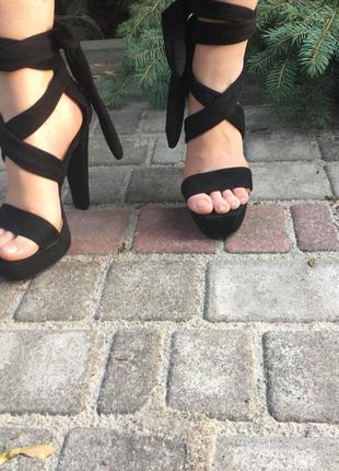 Замшевые новые босоножки на устойчивом каблуке