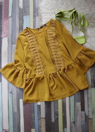 Горчичная блуза с воланами