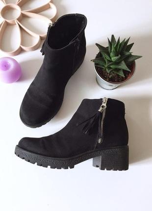 Стильные демисезонные замшевые ботинки на среднем устойчивом каблуке