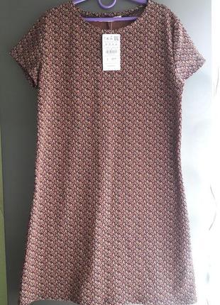 Стильное платье актуальной расцветки