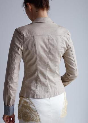 Стильный бежевый пиджак с манжетами