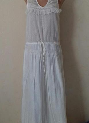 Бежевое длинное платье с кружевом