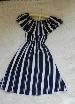 Красивое платье в модную полоску с воланом на груди