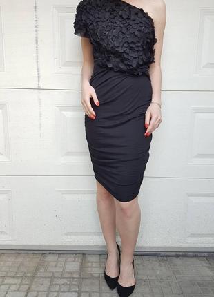 Чорна  сукня на одне плече